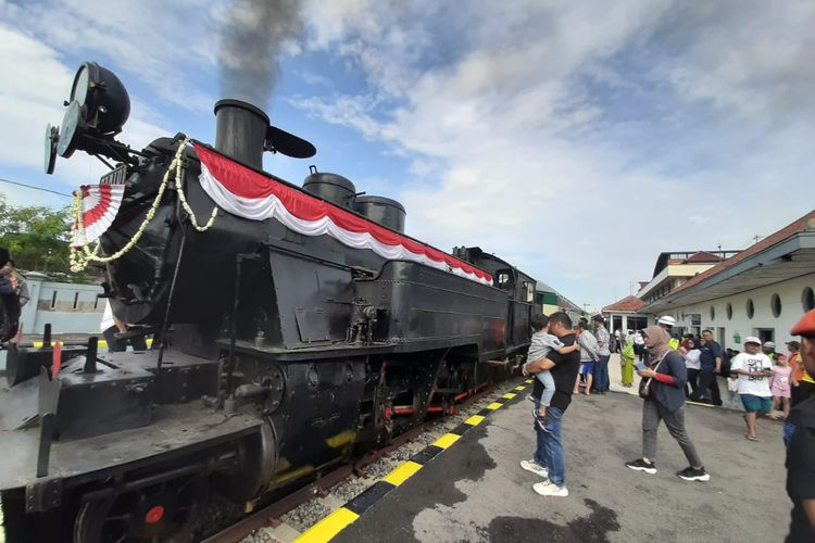 Lokomotif uap D1410 buatan Jerman menarik gerbong kereta Djoko Kendil sebagai kereta wisata saat peresmian di Solo, Jawa Tengah.