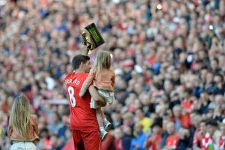 Kapten Liverpool, Steven Gerrard, menjalani partai terakhirnya di Stadion Anfield, Sabtu (16/5/2015).