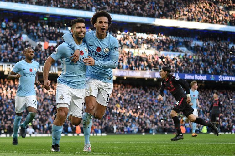 Striker Manchester City, Sergio Aguero (2 dari kiri), melakukan selebrasi bersama rekannya setelah mencetak gol kedua Man City melalaui titik penalti saat melawan Arsenal dalam pertandingan Premier League di Etihad Stadium, Manchester, Minggu (5/11/2017).