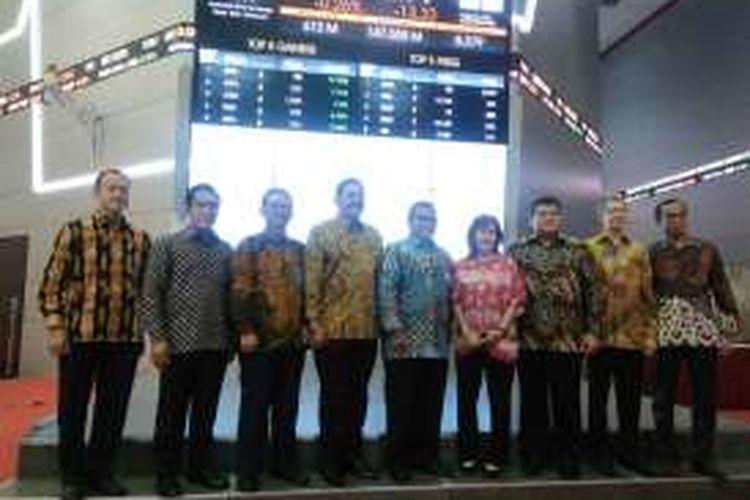 Direksi Angkasa Pura 1 dan direksi Bursa Efek Indonesia dalam sesi foto usai pencatatan obligasi dan sukuk ijarah AP 1, di Jakarta, Senin (28/11/2016)