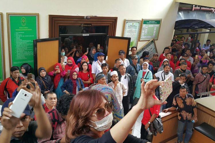 Korban penipuan oleh Koperasi Pandawa Group memenuhi ruang sidang di PN Depok, Senin (20/11/2017).