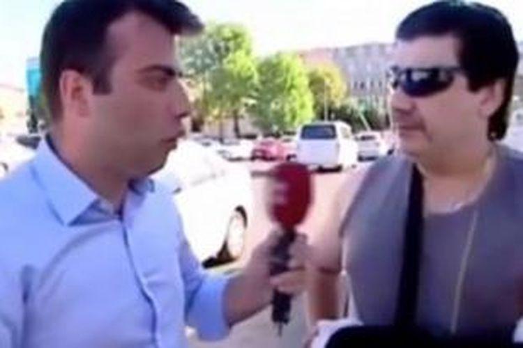 Mohammed Fadel Dobbous, petinju Irlandia yang menghajar puluhan orang di Istanbul, tengah diwawancarai oleh sebuah stasiun televisi Turki.