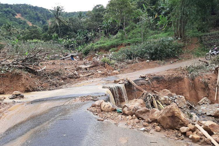 Sejumlah titik longsor yang terjadi di Kabupaten Lebak, Banten. Longsoran itu disebut menjadi penyebab banjir bandang dahsyat menerjang enam kecamatan di Kabupaten Lebak, Rabu (1/1/2020).