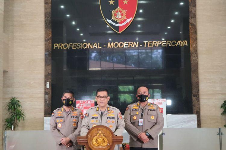 Kepala Divisi Humas Polri Irjen Argo Yuwono (tengah) di Gedung Bareskrim, Jakarta Selatan, Jumat (11/12/2020).
