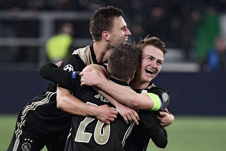 Para pemain Ajax Amsterdam merayakan keberhasilan mereka mengalahkan Juventus pada laga leg kedua perempat final Liga Champions, di Allianz Stadium, Turin, Italia, Selasa (16/4/2019).