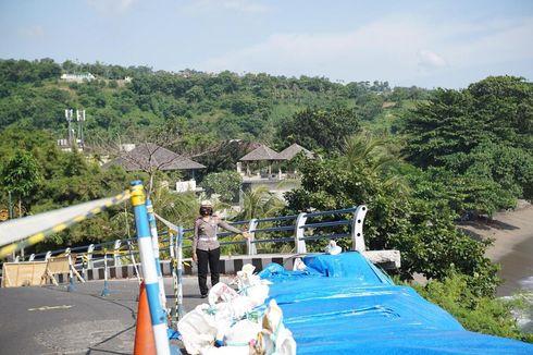 Jalan yang Longsor di Senggigi Lombok Barat Ditutup Terpal, Kendaraan Besar Dilarang Melintas