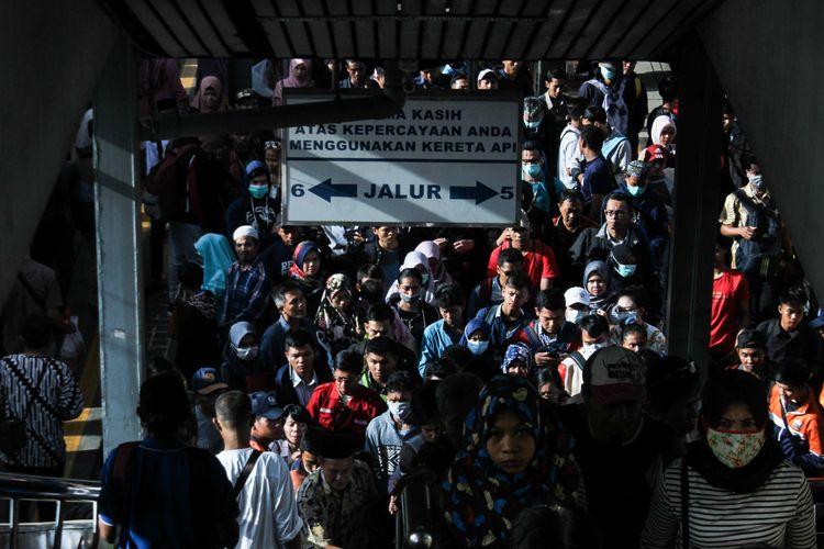 Para pengguna KRL menuju kereta tujuannya di Stasiun Tanahabang, Jakarta Pusat, Jumat (14/2/2020). PT. Kereta Commuter Indonesia (KCI) dan PT. Kereta Api Indonesia Daerah Operasi 1 Jakarta melakukan rekayasa terhadap perjalanan commuter line atau kereta rel listrik (KRL) selama sebelas 11 hari mulai Kamis (13/2/2020) hingga Minggu (23/2/2020).