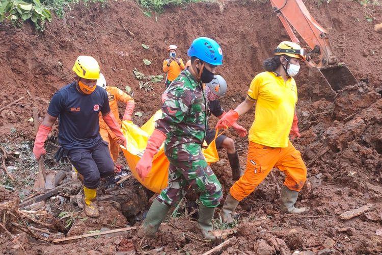 Petugas mengevakuasi satu korban longsor yang ditemukan pada Rabu (17/2/2021) siang. Foto: Basarnas Surabaya.