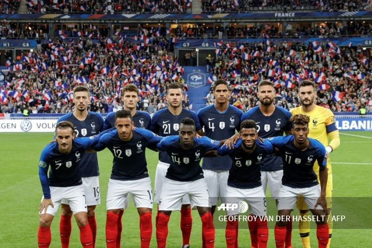 French national team players pose prior to the UEFA Euro 2020 qualifying Group H football match between France and Albania at the Stade de France stadium in Saint-Denis, near Paris, on September 7, 2019. 1st row, from L: Frances forward Antoine Griezmann, midfielder Corentin Tolisso, midfielder Blaise Matuidi, forward Thomas Lemar, forward Kingsley Coman. timnas perancis