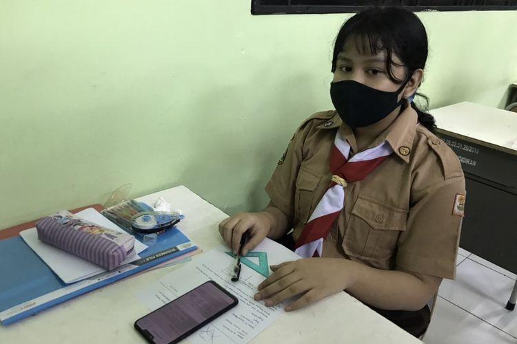 Mediana (15), siswa kelas X SMK Negeri 15, Kebayoran Baru, Jakarta Selatan mengikuti uji coba belajar tatap muka pada Rabu (7/4/2021) pagi.