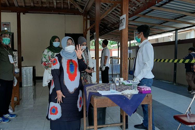 Bupati Gunungkidul Badingah seusai mencoblos di TPS Padukuhan Purbosari, Kalurahan Wonosari, Kapanewon Wonosari, Gunungkidul, Rabu (9/12/2020).