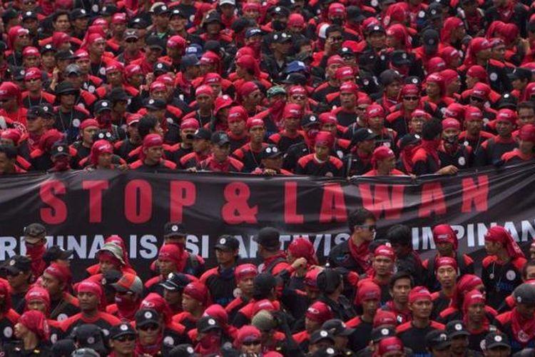 Ribuan buruh bergerak memenuhi Jalan Thamrin, Jakarta Pusat, Rabu (5/12/2012). Buruh menuntut antara lain dihapuskannya sistem outsourcing, dihentikannya sistem kontrak berkelanjutan dan jalankan kebebasan berserikat. Pengunjuk rasa bergerak dari Bundaran Hotel Indonesia menuju Kedutaan Korea Selatan, Kedutaan Jepang dan Istana Merdeka.