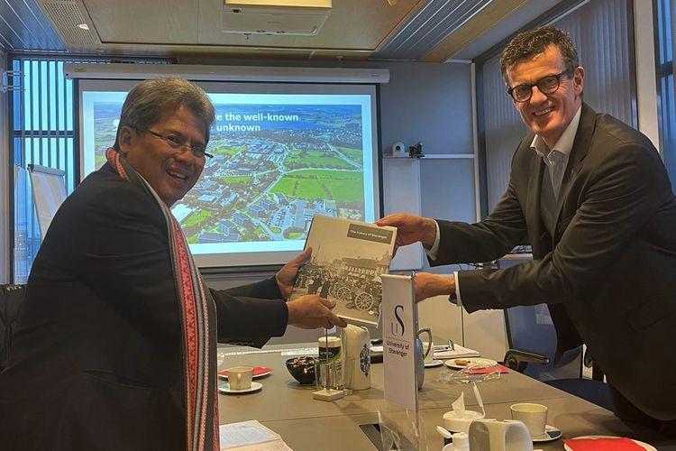 Duta Besar RI untuk Kerajaan Norwegia dan Republik Islandia Todung Mulya Lubis bertemu Rektor Universitas Stavanger Klaus Mohn guna mendorong kerjasama antara universitas Indonesia dan Norwegia.
