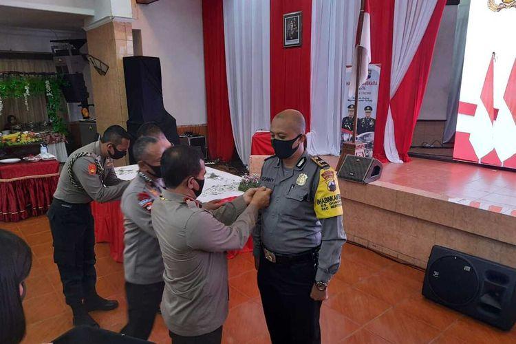 Aipda Donny Sugiarto anggota Polres Magelang usai menerima pin emas Kapolri di Mapolda Jateng, Rabu (1/7/2020).