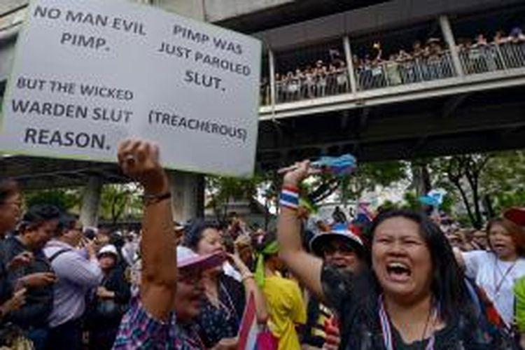 Lebih dari 100.000 warga Thailand memadati jalanan ibu kota Bangkok menentang pemerintahan PM Yingluck Shinawatra. Akibat unjuk rasa ini pemerintah menerapkan undang-undang keamanan darurat.
