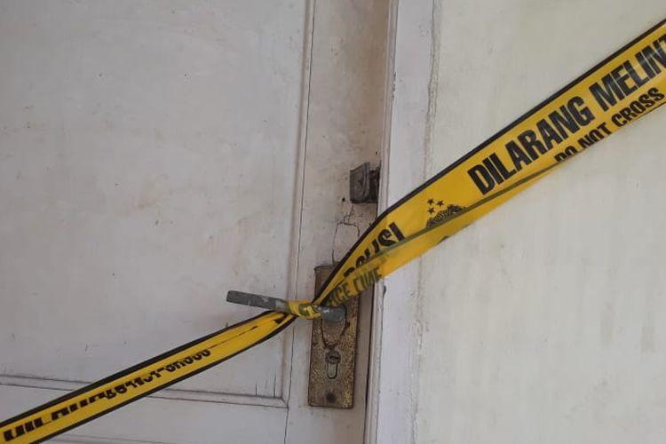 Pintu kontrakan tempat tinggal NP dipasang garis polisi oleh Polsek Kebon Jeruk, Jakarta Barat.