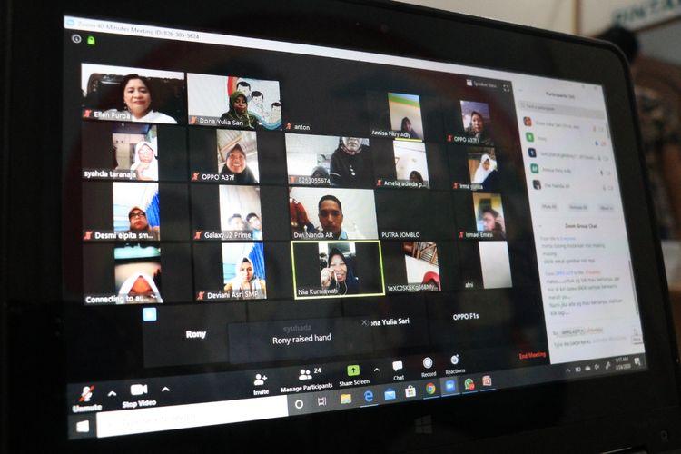 Mengantisipasi libur sekolah berlanjut karena Covid-19, para siswa, guru, dan pengawas sekolah di Tanjab Timur, Jambi memanfaatkan pembelajaran online menggunakan aplikasi zoom meeting dan rumah belajar.