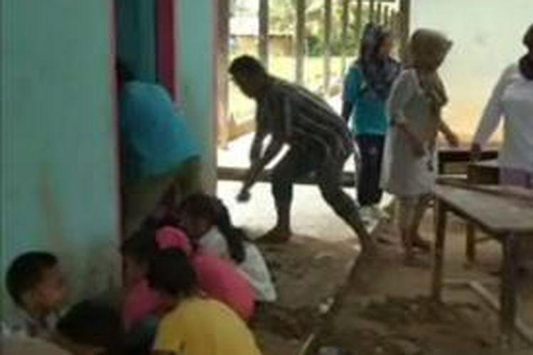 Pasca bannjir bandnag menyeapu ratusna warga di tiga kecamatan di kabupaten Mamuju tengah hingag kini masih diliburkan. para guru dan sisw ayang datang ke sekolah hanya sibuk membersihkann timbunan lumpur agar bisa kelak digunakan belajar kembali.