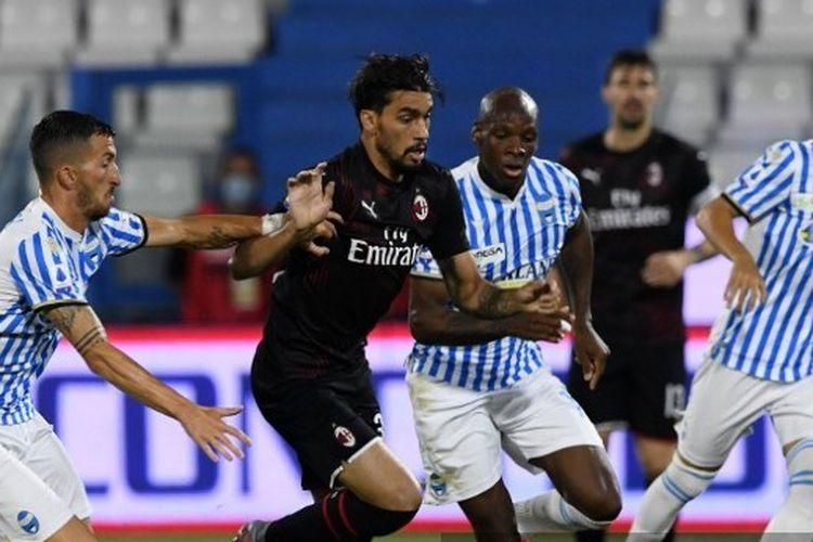 Lucas Paqueta diapit Bryan Dabo dan Mirko Valdifiori dalam laga SPAL vs AC Milan di Stadion Paolo Mazza, Kamis (2/7/2020) dini hari WIB.