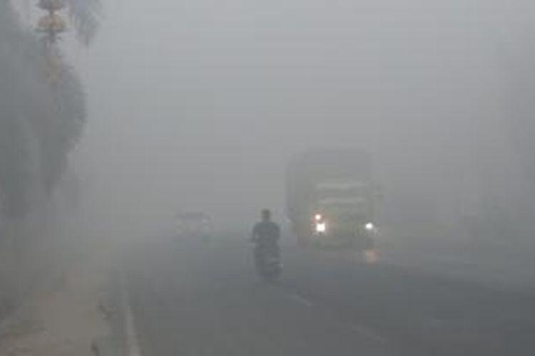 Kabut asap yang melanda Kabupaten Ogan Ilir, Sumatera Selatan, sangat tebal, Kamis (24/9/2015).