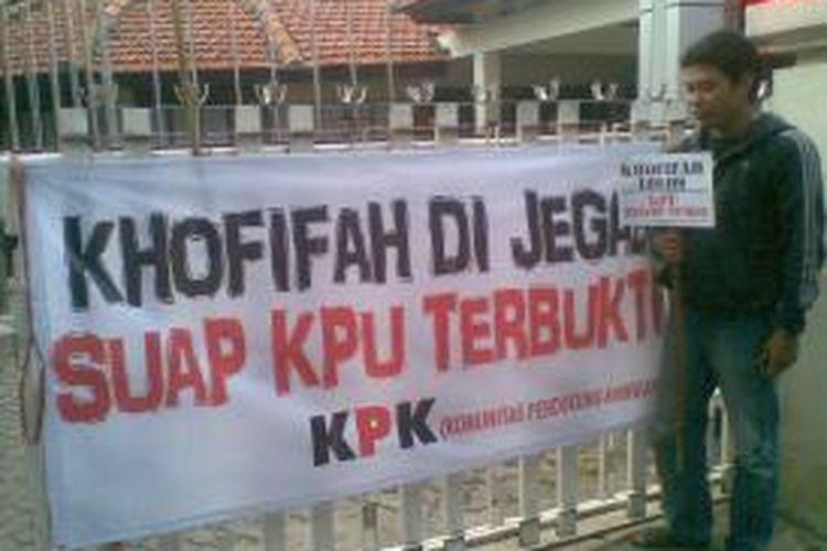 Pintu kantor KPU Jatim diblokir massa Khofifah.