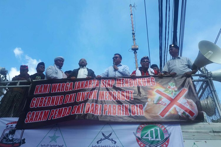 Wakil Ketua DPRD DKI Jakarta M Taufiksaat temui peserta aksi unjuk rasa di depan Gedung DPRD DKI Jakarta, Jumat (8/3/2019).