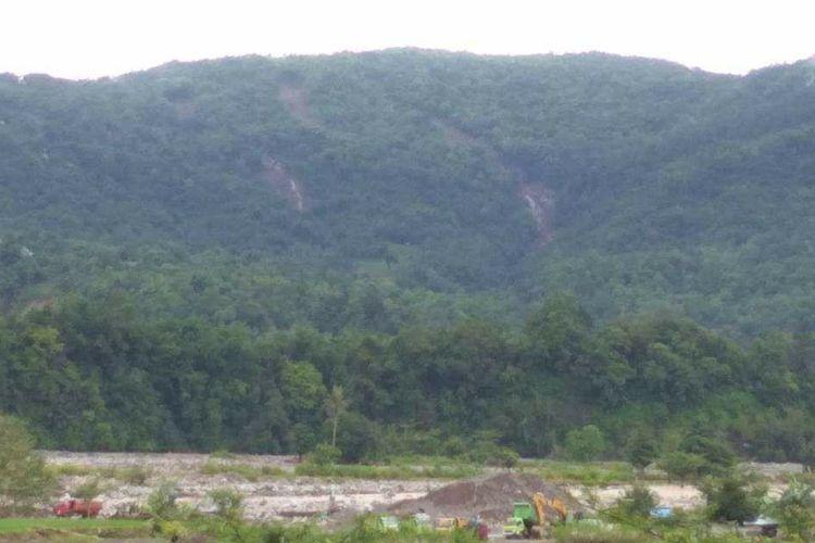 Salah satu aktivitas penambangan di sekitar Sungai Jeneberang dengan latar belakang sejumlah titik longsor di Kabupaten Gowa, Sulawesi Selatan. Sabtu (26/1/2019).