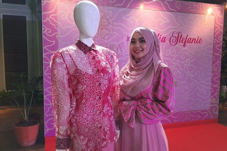 Nadia Stefanie dan koleksi batik Harmony in Pink dari Alleria.