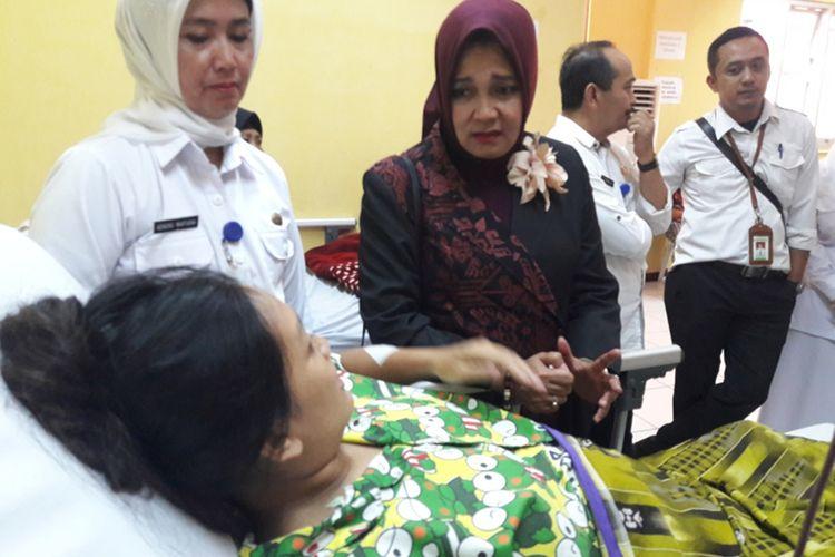 Ketua P2TP2A Garut Diah Kurniasari Gunawan saat menengok ibu hamil korban penusukan suaminya sendiri, Rabu (13/11/2019)