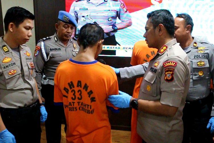AKBP Suhermanto memberikan pertanyaan pada AS (38), pelaku pemerkosaan anak kandungnya, saat pengungakapn kasus di Mapolres Cirebon, Jumat (27/9/2019) petang.