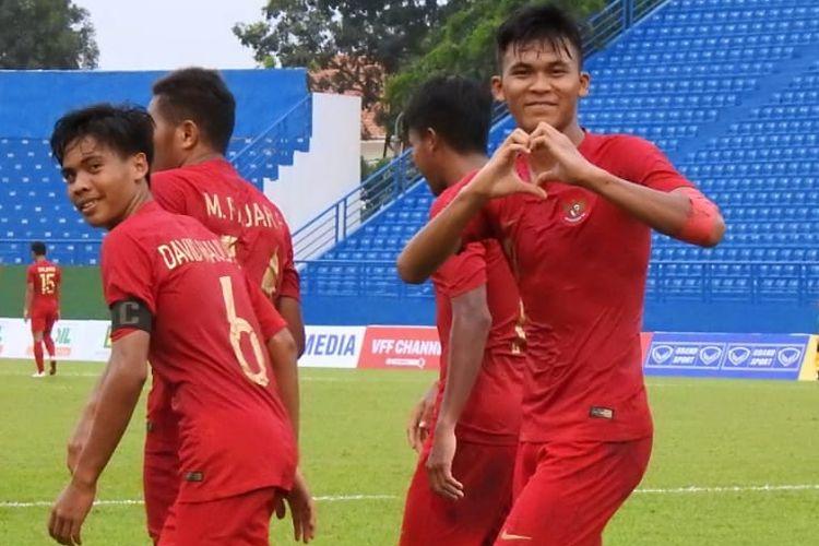 Selebrasi penyerang Timnas U-18 Indonesia, Sutan Zico, seusai membobol gawang Timor Leste pada laga kedua Grup A Piala AFF U-18 2019 di Stadion Binh Duong, Vietnam, Kamis (8/8/2019).