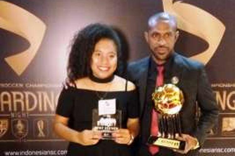 Penyerang Persipura Jayapura, Boaz Solossa, meraih penghargaan Pemain Terbaik TSC 2016  yang diterima di Hotel Aryaduta, Minggu (8/1/2017).