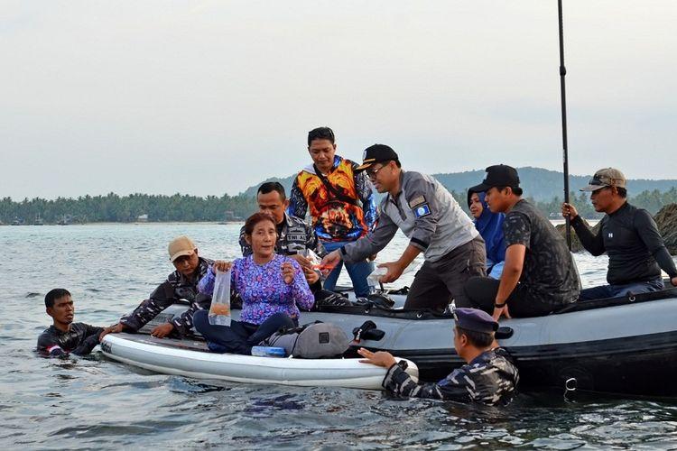 Menteri Kelautan dan Perikanan Susi Pudjiastuti memimpin pelepasliaran benih lobster ilegal yang akan diselundupkan dari Jambi senilai Rp 37 miliar di Jambi, Jumat (19/4/2019).