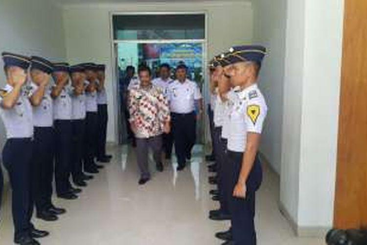 Walikota Madiun Bambang Irianto keluar dari Aula Akademi Perkretapian Indonesia usai membuka lomba cerdas cermat, Selasa ( 18/10/2016).