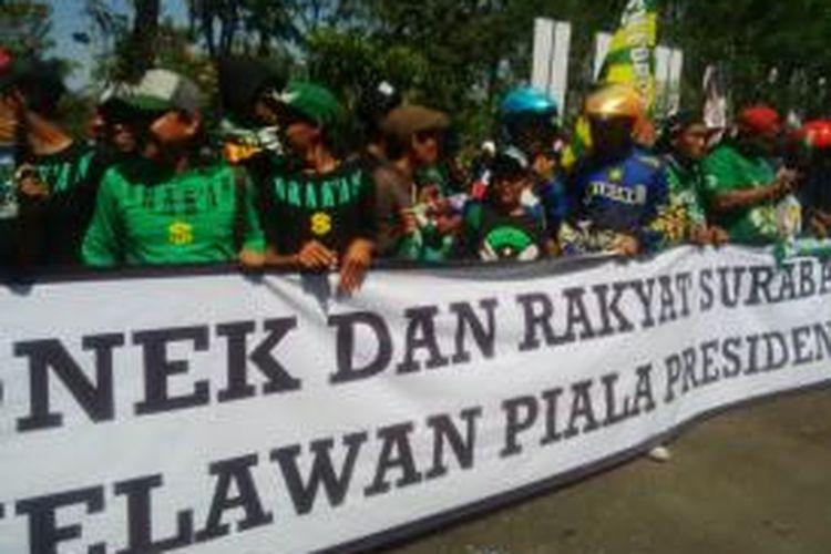 Suporter Bonek 1927 unjuk rasa di depan kantor Radio Gen FM di Surabaya.