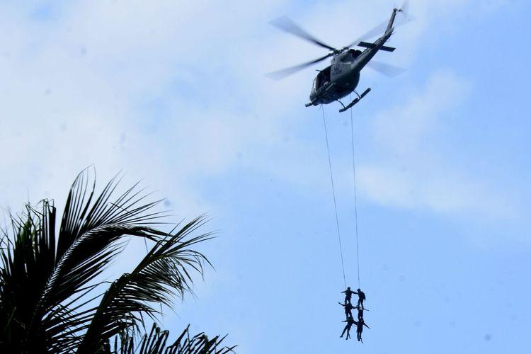 Latihan Marinir Indonesia dan Amerika Serikat dengan materi pembebasan sandra yang ditawan oleh teroris, di Pantai Pancer, Banyuwangi, Jawa Timur, Selasa (15/06/2021).