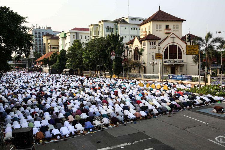 Ilustrasi shalat Idul Fitri: Umat Muslim melaksanakan Shalat Idul Fitri 1 Syawal 1439 Hijriah di Jatinegara, Jakarta Timur, Jumat (15/6/2018). Umat Islam merayakan Hari Raya Idul Fitri setelah sebulan lamanya menjalankan ibadah puasa pada bulan Ramadan.