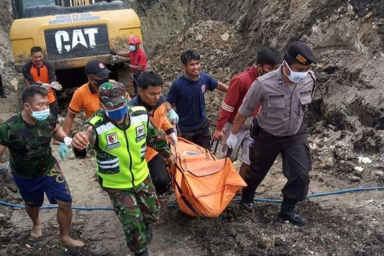 Jasad Saki (42) warga Megale, Kecamatan Kedungadem, Kabupaten Bojonegoro, Jawa Timur, berhasil ditemukan dan dievakuasi oleh tim SAR Gabungan dari timbunan tanah galian sumur sedalam 9 meter.