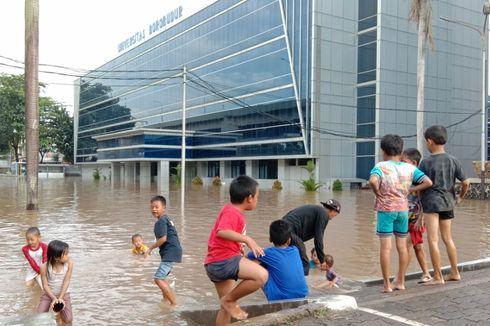 Jakarta Banjir, Anak-anak di Cipinang Melayu Sibuk Bermain Air