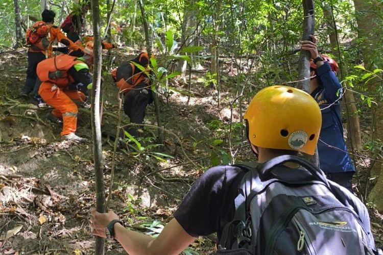 150 orang yang tergabung dalam Tim SAR Gabungan masih melakukan pencarian terhadap seorang pendaki wanita, Eva (24) mahasiswi yang dinyatakan hilang saat pamit buang air di Gunung Abbo, Kelurahan Leang-leang, Kabupaten Maros, Sulsel sejak Minggu (6/6/2021).