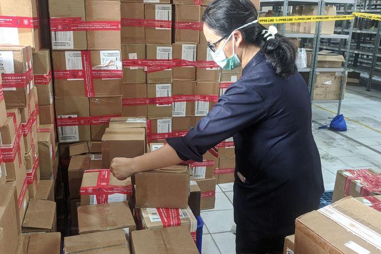 Press Release penggerebekan obat, kosmetik dan makanan ilegal oleh BPOM di Sungai Bambu, Tanjung Priok, Jakarta Utara, Selasa (10/12/2019)