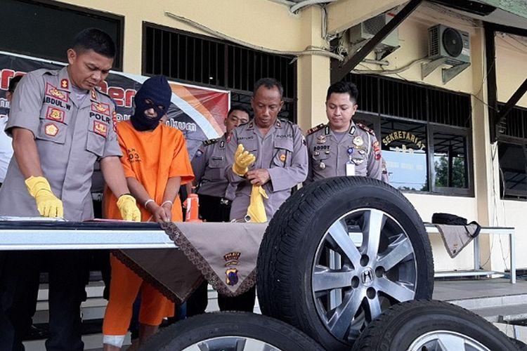 Kapolres Batang Jawa Tengah AKBP Abdul Waras saat menginterogasi tersangka spesialis pencurian ban di Mapolres Batang.