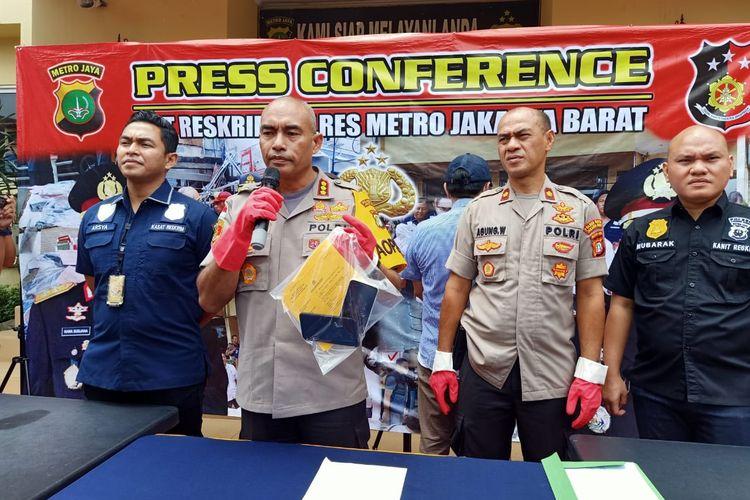 Kapolres Metro Jakarta Barat Kombes Pol Audie S Latuheru dan Kasatreskrim Polres Metro Jakbar Kompol Teuku Arsya K di Polsek Tanjung Duren, Jakarta Barat, Kamis (26/3/2020)