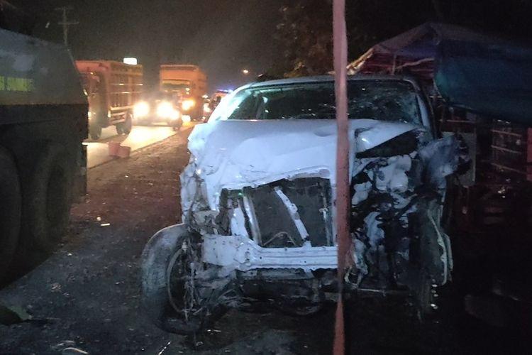 Minibus putih yang menabrak sepeda motor dan dua bentor di Jalintim Palembang-Ogan Ilir pada Minggu (27/9/2020) hingga menyebabkan dua orang meninggal dunia dievakuasi menggunakan kendaraan derek.