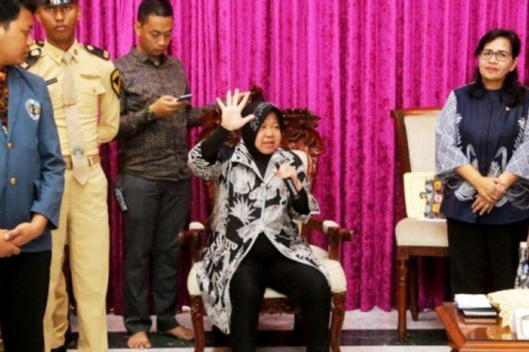 Wali Kota Surabaya, Tri Rismaharini, memberikan pembinaan kepada 53 anak putus sekolah di rumah dinasnya, Jalan Sedap Malam, Surabaya, Jumat (4/1/2019).