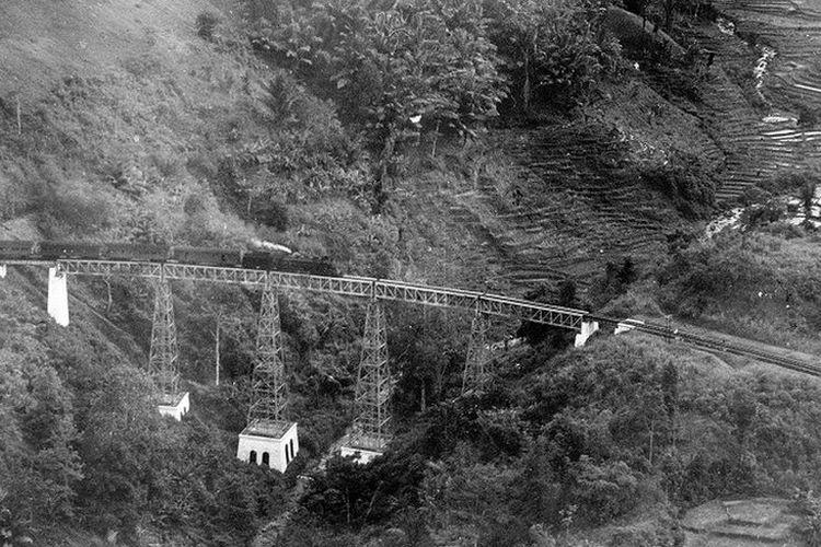 Sistem tanam paksa memungkinkan pemerintahan kolonial Hndia Belanda untuk membangun rel kereta api di Priangan.