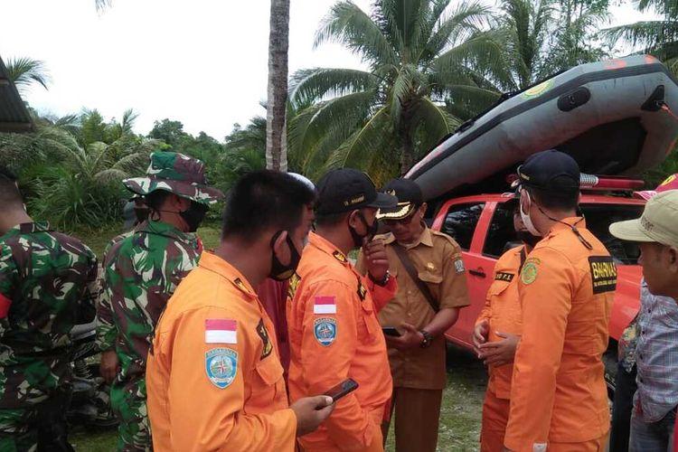 Personel Pos SAR Simeulue usai menerima informasi adanya dua nelayan mengalami kecelakaan di laut, langsung melakukan pertolongan dan pencarian dibantu dari personel dari TNI AL, Polsek, Babinsa, BPBD, Pemerintah Desa dan nelayan setempat.