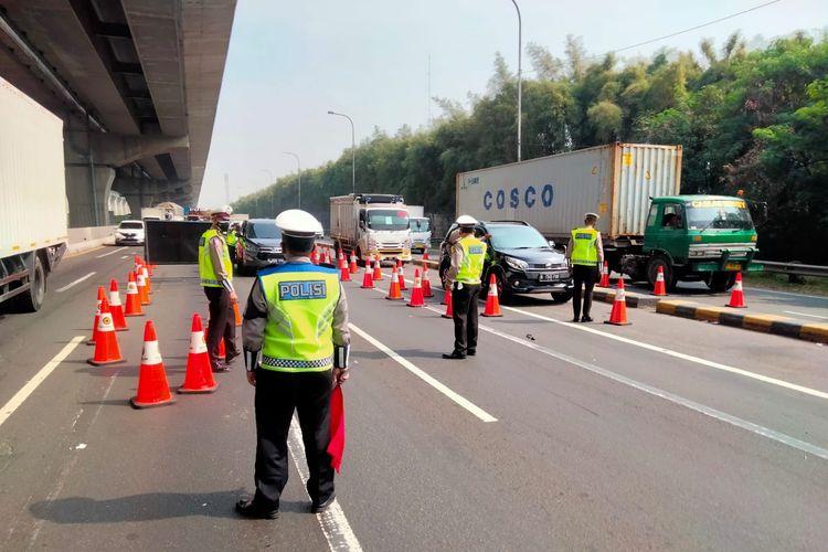 Ilustrasi penyekatan di jalan tol Jakarta-Cikampek