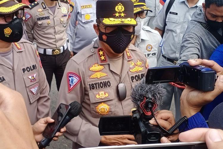 Kakorlantas Polri Irjen Pol Istiono saat melakukan pengecekan kesiapsiagaan Operasi Ketupat di Bundaran Mal City of Tomorrow (Cito) atau Bundaran Waru, Surabaya, Jawa Timur, Kamis (29/4/2021).