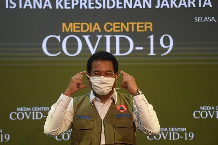 Juru Bicara Satgas COVID-19 Wiku Adisasmito berpose usai memberikan keterangan di Kantor Presiden, Jakarta, Selasa (21/7/2020). Pemerintah resmi menunjuk Wiku Adisasmito menjadi juru bicara pemerintah menggantikan Achmad Yurianto. ANTARA FOTO/Akbar Nugroho Gumay/aww.